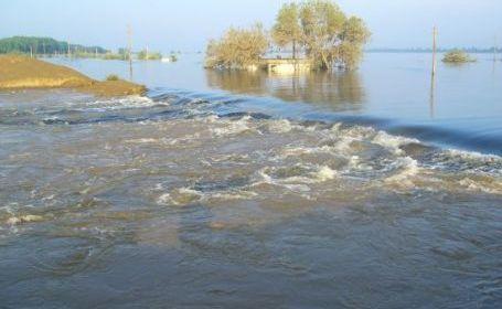Inundatii Olt: O femeie a fost salvata de ape, mai multe drumuri sunt blocate