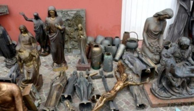 Trei romani au fost arestati in Italia pentru furt din cimitir