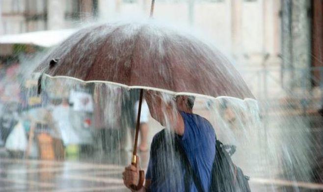 Cod galben de ploi torențiale, grindină și vijelii, valabil în 13 județe