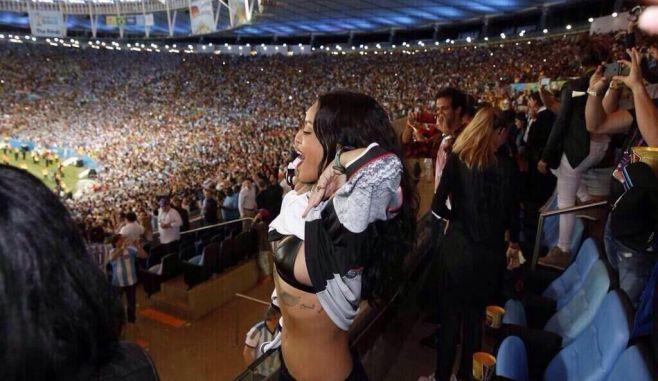 Campionatul Mondial de fotbal 2014: Rihanna, aparitie SURPRINZATOARE pe Maracana! FOTO