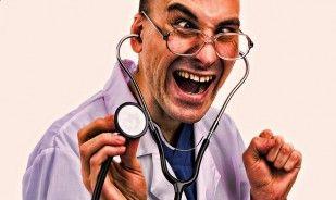 Doi barbati ingrijorati la doctor. Bancul zilei