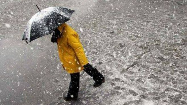 Ninsorile şi ploile îşi fac apariţia în următoarele ore. Temperaturile scad sub zero grade