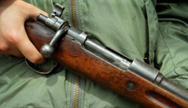 București: O armă de vânătoare şi muniţie descoperite într-o mașină în flăcări