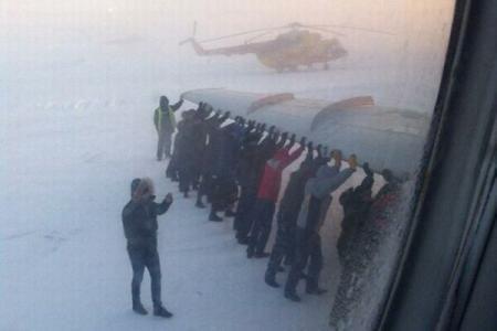 VIDEO INCREDIBIL: Pasagerii unui AVION au fost nevoiti sa impinga AERONAVA pentru a ajuta la decolare
