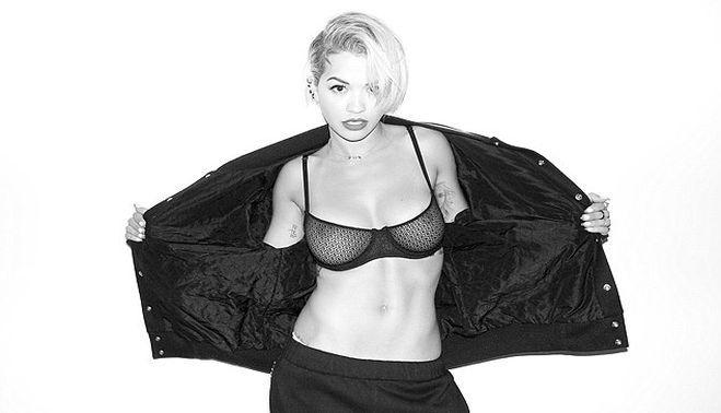 Cantareata Rita Ora cu sanii la vedere fara sa stie – POZE IN ARTICOL