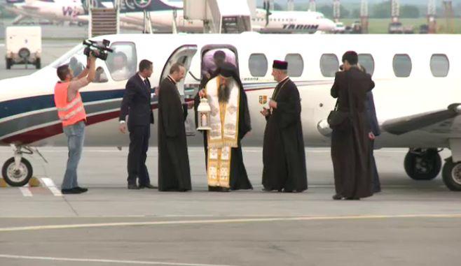 O delegatie a Patriarhiei a adus, cu un avion special, Lumina Sfanta de la Ierusalim