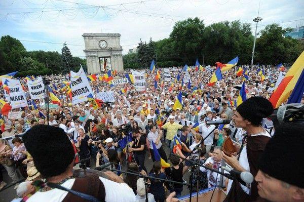 CHISINAU: 30.000 de oameni au participat la MAREA ADUNARE NATIONALA, la care au cerut UNIREA CU ROMANIA