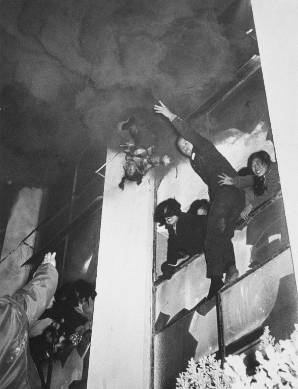 Un copil in varsta de 6 ani, aruncat de la etajul 3 in timpul unui incendiu, 1972