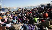 Imigrantii aflati in Budapesta au primit permisiunea sa urce in trenuri cu desti…