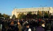 Peste 300 de persoane PROTESTEAZA in fata Guvernului pentru demiterea lui GABRIE…