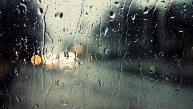 Prognoza meteo pentru weekend. Cod galben de ploi torențiale, descărcări electrice și vânt puternic