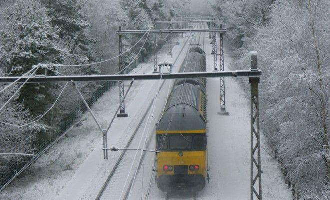 Probleme mari pe calea ferată din cauza vremii în vestul țării. Mai multe trenuri, cu sute de călători, sunt blocate