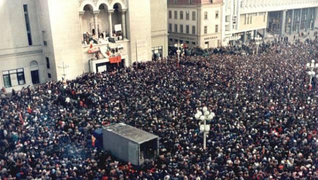 """Video 21 decembrie 1989: Prima zi a revoluției în București: """"Alo, tovarăși, stați liniștiți la locurili voastre!"""""""