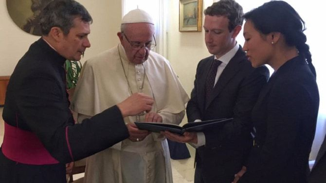VATICAN: MARK ZUCKERBERG l-a vizitat pe PAPA FRANCISC si i-a facut un cadou special. FOTO