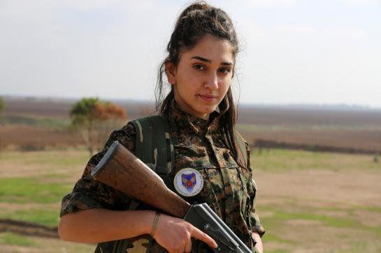 Motivul pentru care FEMEILE SOLDAT de MACHIAZA inainte sa plece la lupta impotriva ISIS
