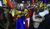 STRADA REZISTA! ZIUA numarul 20: PLOAIA nu-i descurajeaza pe manifestantii care …