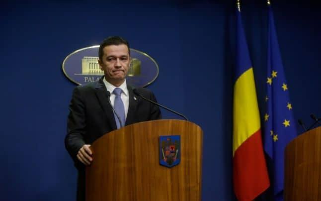 Sorin Grindeanu, fost premier, fumează într-un loc interzis! Scuza penibilă a angajaților Aeroportului Timișoara! Video