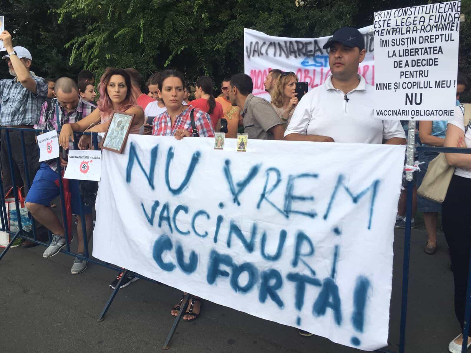 BUCURESTI: CATEVA ZECI de PERSOANE au PROTESTAT in PIATA VICTORIEI fata de LEGEA VACCINARII