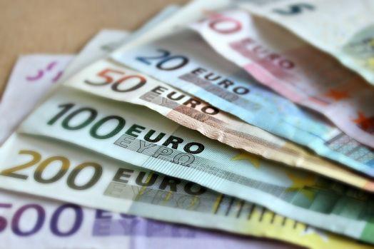 Banca Națională a României a anunțat, marți, un curs în scădere cu 0,12% pentru euro, până la 4,6497 lei/unitate.