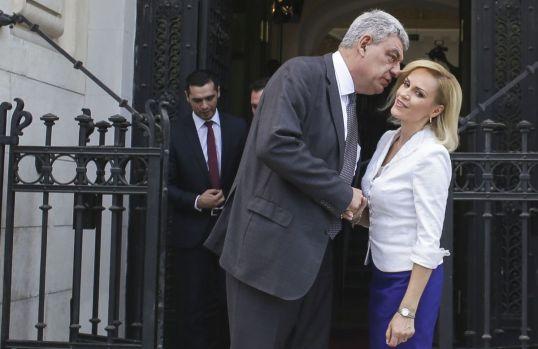 Mihai Tudose îi dă o lovitură cu manta și primarului general Gabriela Firea