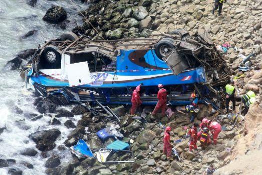 Tragedie în Peru: Cel puțin 48 de morți după ce un autocar a căzut de la 100 de metri înălțime