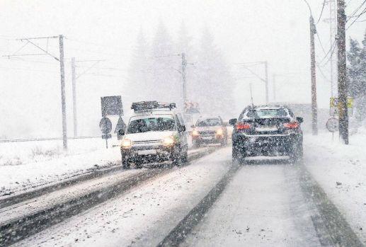 Ninge în București: Circulația rutieră se desfășoară în condiții de iarnă în Capitală