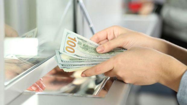 Curs valutar: Leul se bate cu euro și dolarul dar are probleme cu francul elvețian
