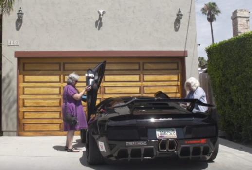 Două bunicuțe au pus mâna pe cheile de la un Lamborghini! Ce a urmat? Urmărește un video viral