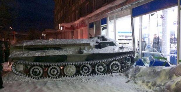 Rusia: Un bărbat a șterpelit un tanc, a intrat intr-un magazin și a furat o sticlă de vin! Video