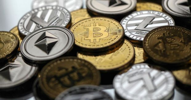 Bitcoin lovit de Google și Facebook! Motivele scăderii dramatice a prețului