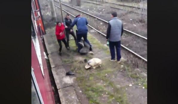 Bărbat dat jos din tren și bătut de controlor și doi călători! Video