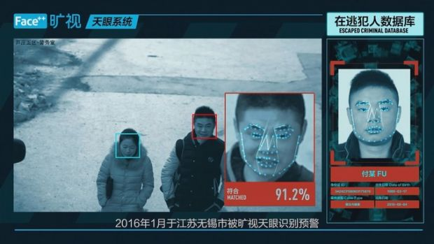 China: Polițiștii au fost dotați cu ochelarii care recunosc criminalii