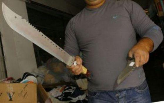 Un bărbat și-a tăiat amicul cu o sabie apoi l-a filmat când se chinuia! Video