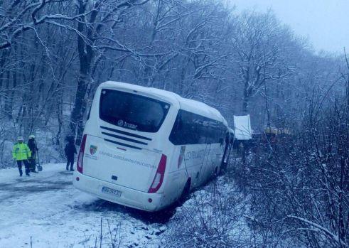 Mureș: Un autocar cu 31 de copii a derapat la Reghin din cauza zăpezii! ISU a intervenit de urgență
