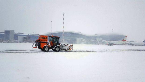 Aeroporturile din Capitală sunt acoperite de zăpadă! Întârzieri mari și șase curse aeriene anulate