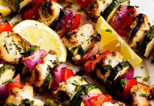 Cum se prepară frigăruile de pui cu legume! Un răsfăț culinar ușor de făcut pentru weekend