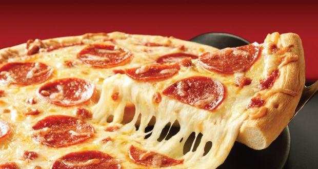 Reacția adorabilă a unei fetițe după ce a gustat pentru prima dată pizza! Foto în interior