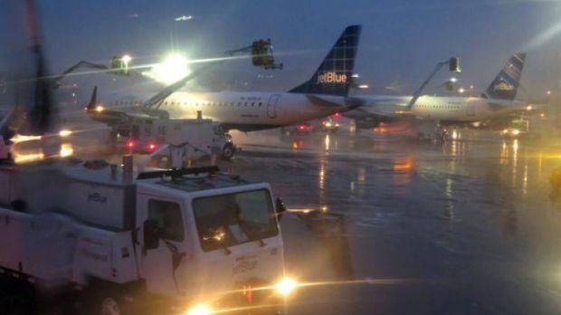 Ploaia înghețată a produs haos pe aeroportul Otopeni! Niciun avion nu decolează