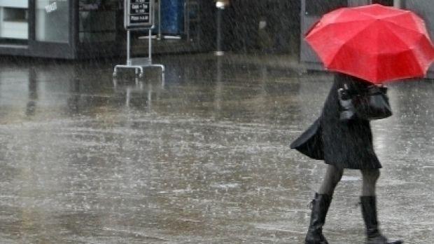 Se strică vremea în toată țara! Ploi, descărcări electrice și intensificări ale vântului