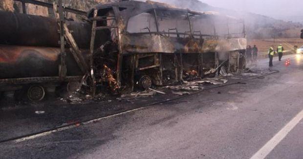 Turcia: Un autobuz a lovit un camion și a luat foc! Accidentul s-a soldat cu zeci de victime