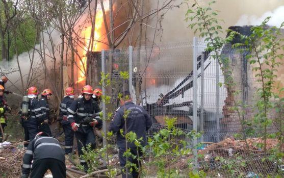București: Incendiu puternic la un depozit de mobilă