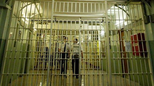 Marea Britanie: Gangsterii români vând Manualul Infractorilor în pușcăriile din Regat