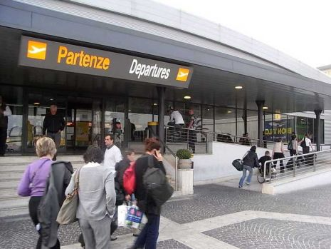 Italia: Zeci de români sunt blocați pe aeroportul Ciampino din Roma