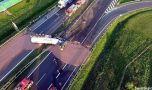 Polonia: O autostradă pavată cu ciocolată după ce o cisternă s-a răsturnat