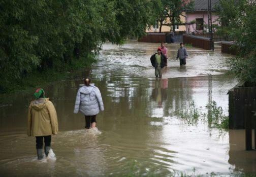 Codul roşu de inundații a fost extins de meteorologi la patru judeţe