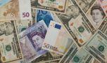 Curs valutar: Euro scade, dar dolarul și francul elvețian vin pe turnantă