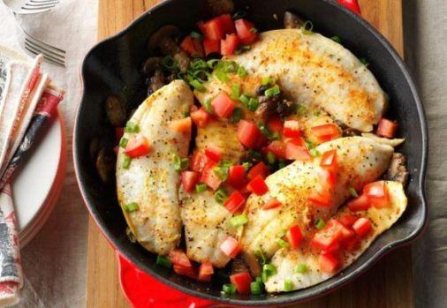 Cum se prepară peștele alb cu ciuperci și roșii. O rețetă de vară ușoară și delicioasă