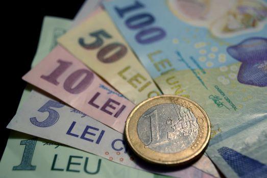 Curs valutar: La final de săptămână, euro și dolarul o iau în direcții diferite