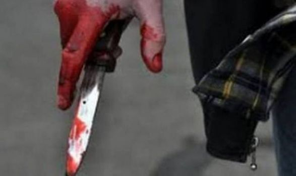 București. Femeie înjunghiată la intrarea unui magazin. Ulterior, agresorul și-a tăiat gâtul și a murit