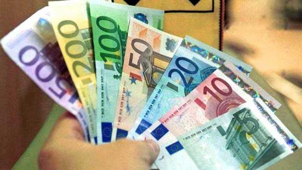 Curs valutar. Ce se întâmplă cu principalele valute în debutul săptămânii
